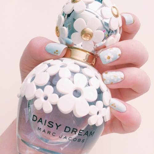Daisy Dream Inspired Manicure